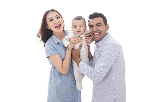Genitori espressivi con il loro figlio carino