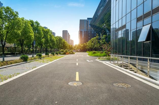 Sfondo della superstrada e skyline urbano Foto Premium