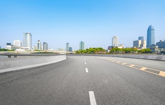 Sfondo della superstrada e skyline urbano