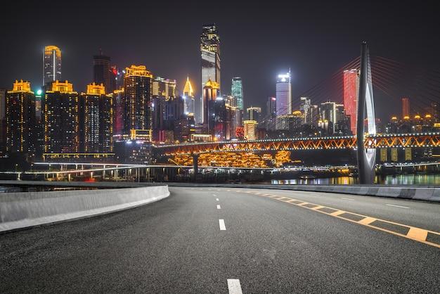La superstrada e il moderno skyline della città