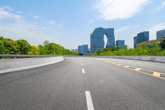 Superstrada e skyline urbano a hangzhou in cina