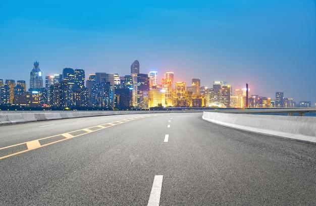 Superstrada e skyline urbano a hangzhou, cina