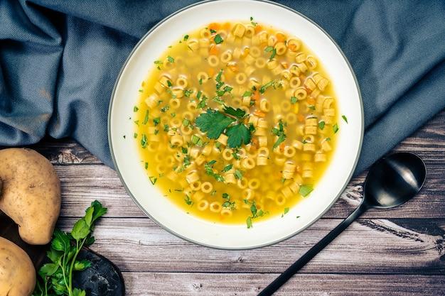 Squisita zuppa di pollo e verdure con noodles e prezzemolo fatta in casa zenital view