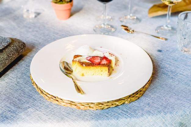 Il dessert squisito è una torta elegante e lussuosa presentata in modo raffinato durante una celebrazione.