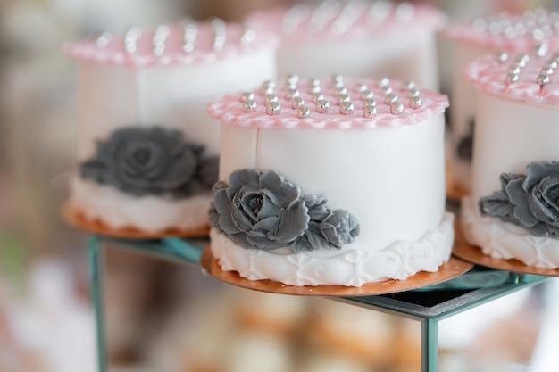 Squisita torta nuziale con perle. dessert di nozze su un cubo di specchio