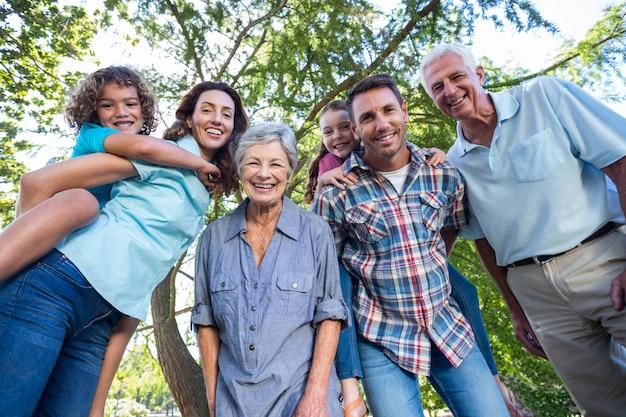 Famiglia allargata che sorride nel parco