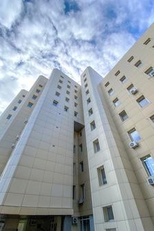 Esterno casual urbano moderno business highrise edificio per uffici architettura con nuvole di cielo