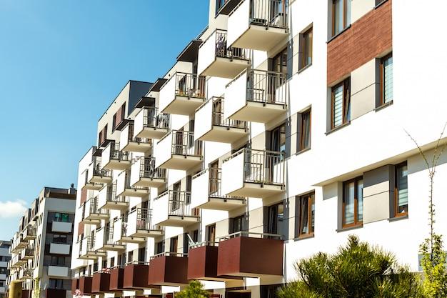 Esterno di nuovi edifici su un cielo blu