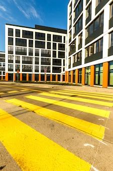 Esterno di nuovi edifici nel quartiere moderno