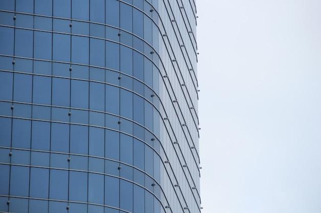 Finestre di vetro prospettiche esterne negli edifici per uffici
