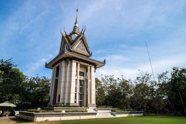 Esterno del cranio pagoda presso i campi di sterminio di choeung ek contro il cielo blu a phnom penh, cambogia . luoghi storici di phnom penh.