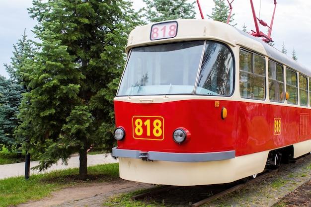 Esterno di un vintage rosso e bianco tram sulla ferrovia come una mostra con numero 818 su di esso, verde intorno, chisinau, moldova