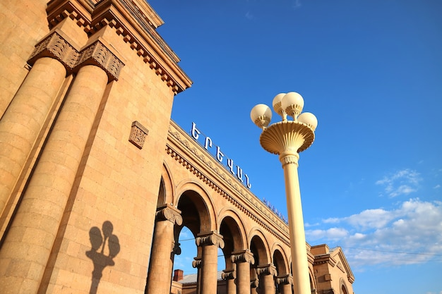 Esterno della stazione ferroviaria centrale di yerevan situata a sud del centro di yerevan armenia