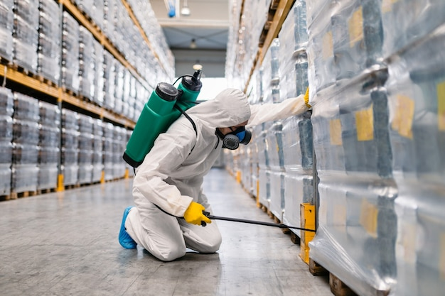 Sterminatore in impianti industriali che spruzzano pesticidi con spruzzatore
