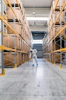 Sterminatore in impianto industriale di spruzzatura di pesticidi con spruzzatore.