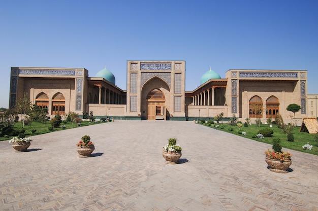 Revisione esterna dell'architettura restaurata di edifici antichi a tashkent, uzbekistan