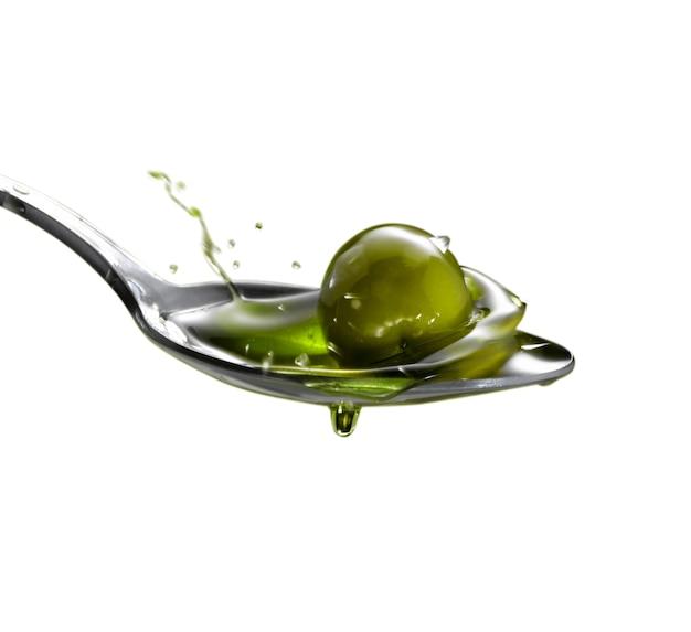 Olio extravergine di oliva con olive al cucchiaio