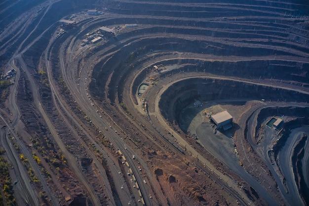 Estrazione di minerali con l'aiuto di attrezzature speciali nella calda luce della sera nella pittoresca ucraina.