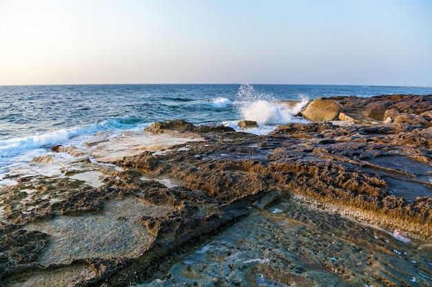 Estrazione del sale marino dall'evaporazione dell'acqua di mare in pozze di pietra stagni di sale al largo della costa
