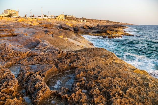 Estrazione del sale marino dall'evaporazione dell'acqua di mare in piscine di pietra. stagni di sale