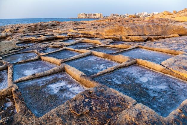 Estrazione del sale marino dall'evaporazione dell'acqua di mare nelle piscine di pietra