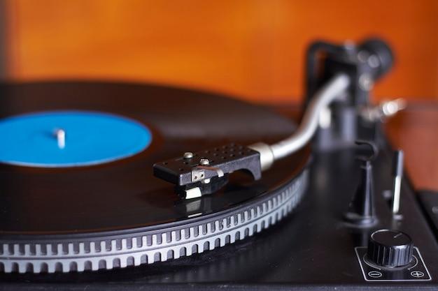 Primo piano estremo del record di musica blu sulla piattaforma girevole, ago della piattaforma girevole che gioca musica