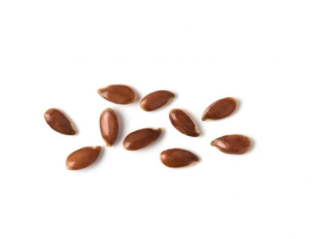 Estremo vicino su dei semi di lino isolati su fondo bianco.