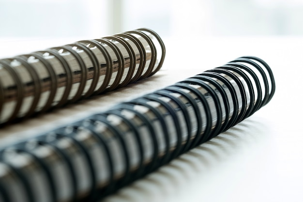 Primo piano estremo di un blocco note del primo piano del taccuino a spirale come modello per il vostro disegno.