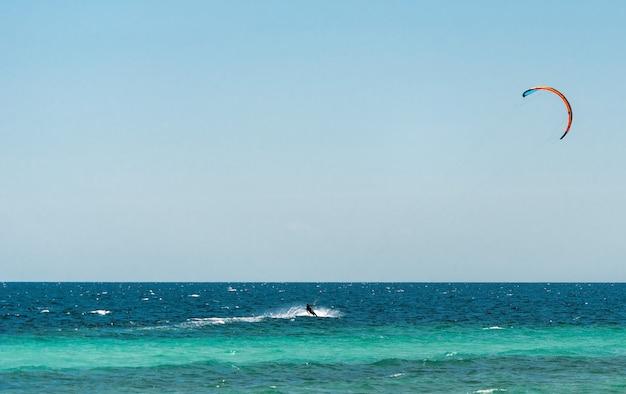 Sport acquatici estremi - kitesurf in mare in una calda giornata di sole estivo