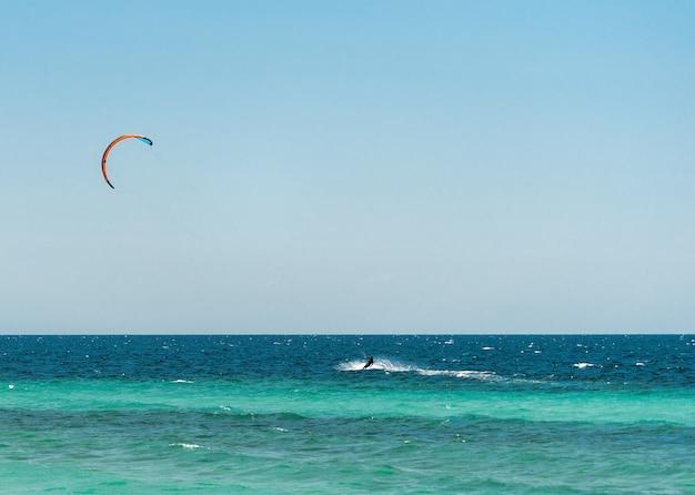 Sport acquatici estremi kitesurf in mare in una calda giornata di sole estivo