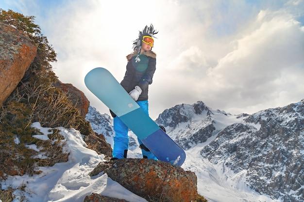 Estrema giovane donna e concetto di sport invernali. copia spazio
