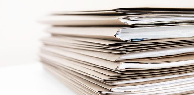 Estremamente vicino pila di cartelle di documenti sulla scrivania in ufficio