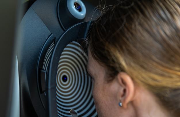 Visita oculistica da optometrista presso la clinica, giovane donna come paziente