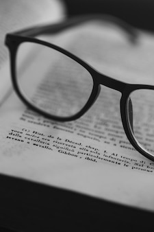 Eyeglasse a libro aperto