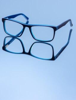 Occhiali da vista sull'azzurro