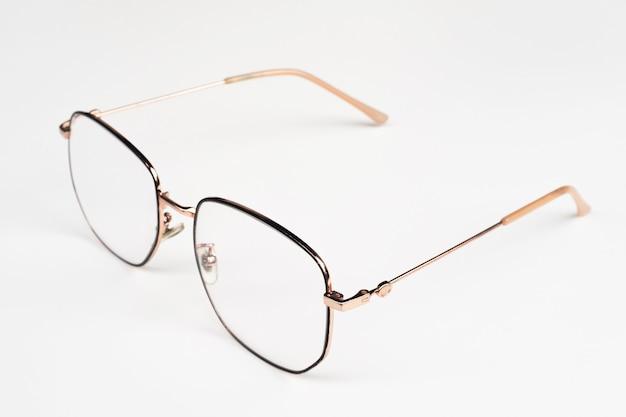 Occhiali da vista con montatura in metallo isolati su sfondo bianco.