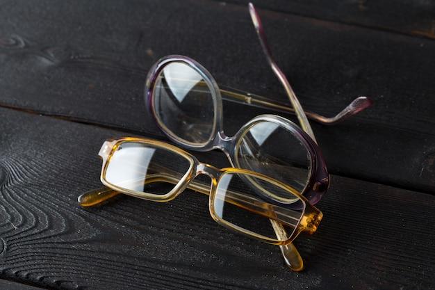 Occhiali da vista sul tavolo di legno