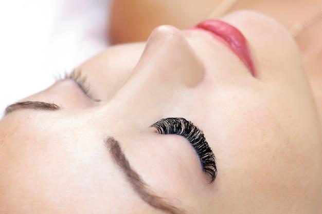 Procedura di estensione delle ciglia. occhio di donna con ciglia lunghe. avvicinamento