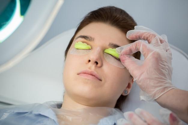 Procedura di estensione delle ciglia. occhio di donna con ciglia lunghe. ciglia, primo piano, messa a fuoco selezionata