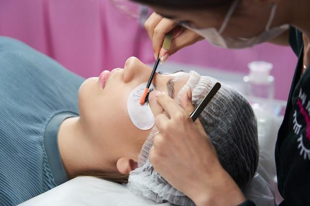 Procedura di estensione delle ciglia occhio donna con ciglia lunghe