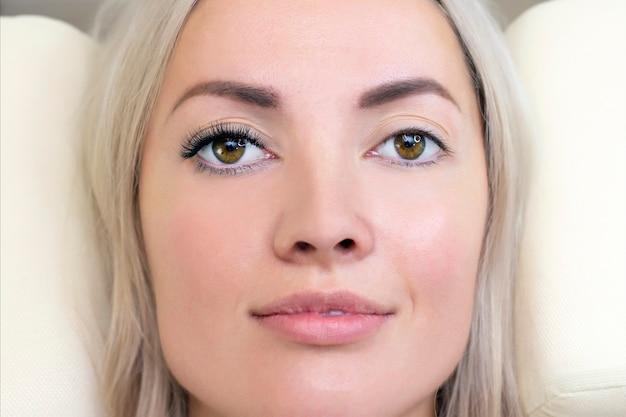 Procedura di estensione delle ciglia. occhio di donna con lunghe ciglia.