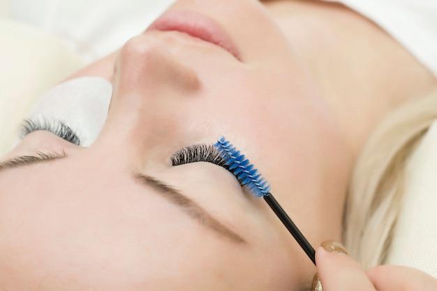 Procedura di estensione delle ciglia. giovane donna con ciglia lunghe in un salone di bellezza