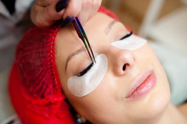 Estensioni delle ciglia nel beauty studio. Foto Premium