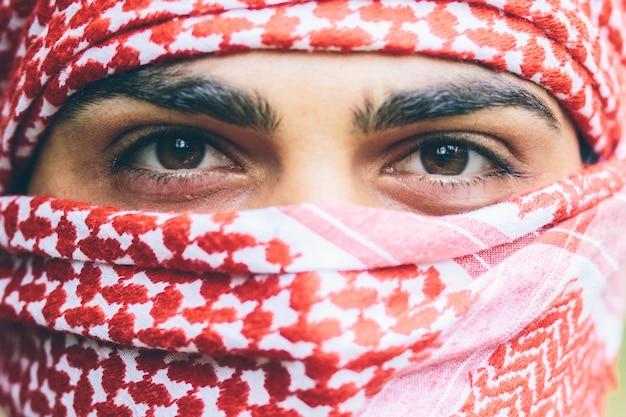 Occhi di un uomo in arafatka rossa