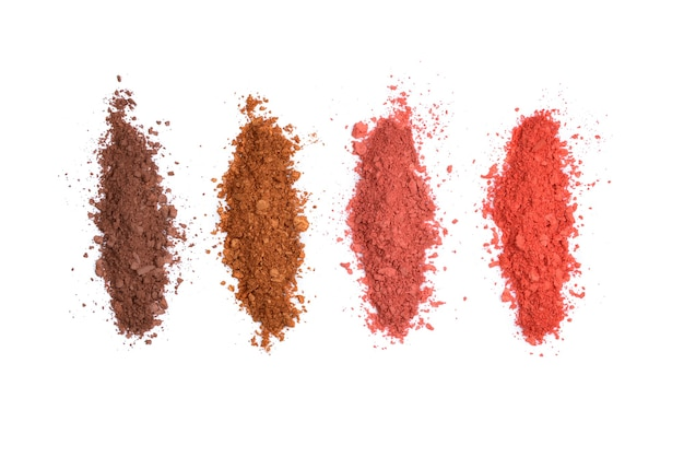 Ombretto nei colori marrone e rosso, tavolozza schiacciata, ombretto colorato in polvere su bianco