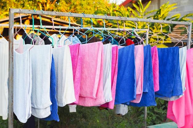Tessuto di filo stendibiancheria con stendibiancheria in casa. asciugamano colorato