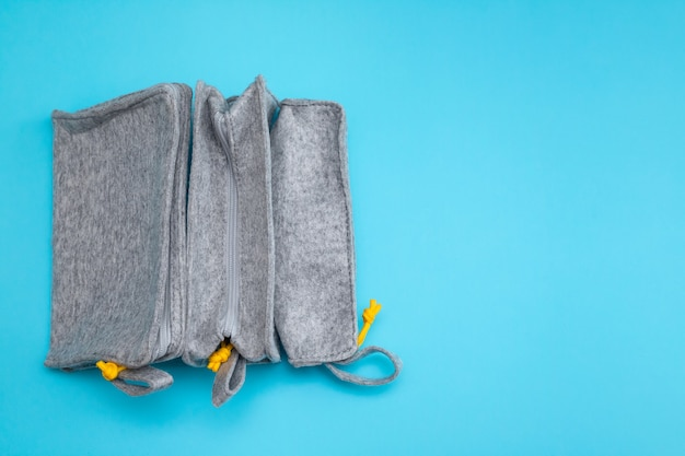 Astucci in tessuto su sfondo blu