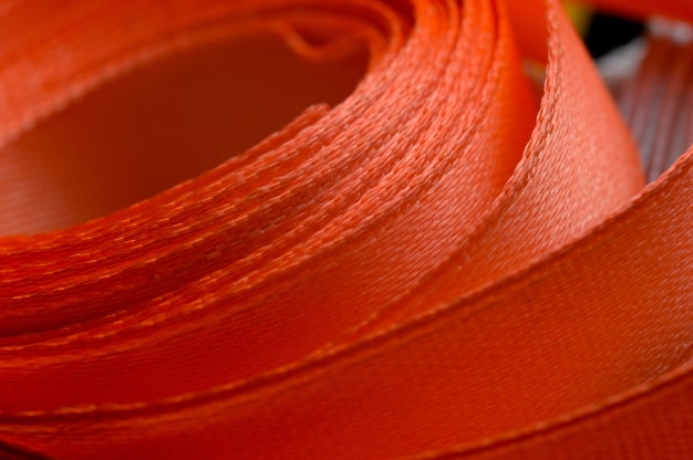 Nastro in tessuto di diversi colori attorcigliato a formare un'ellisse. avvicinamento.