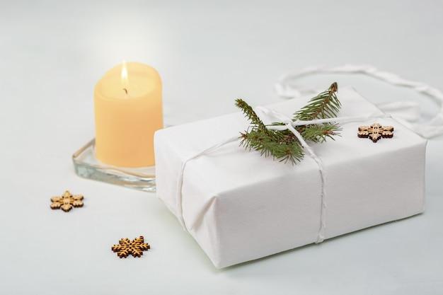 Tessuto regalo avvolto da vicino, riutilizzabile tessile riciclato sostenibile confezione regalo alternativa concetto di rifiuti zero.