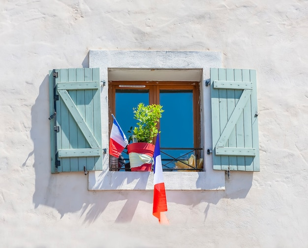 La facciata dell'edificio con le bandiere della francia nella finestra.